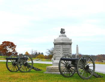 Small monument and two small canons at the Gettysburg National Military Park